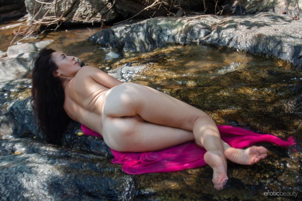 Erotic Beauty Nude Brunette Sexy Model Strip Watch Madivya (3)