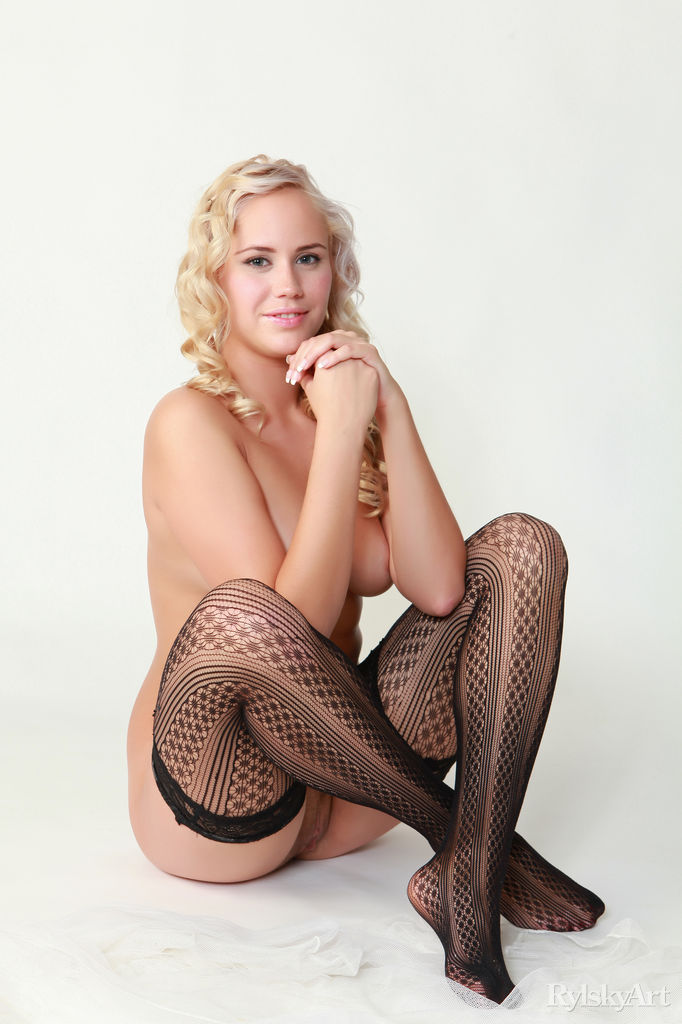 Superb Sexy Blonde Girl Stripping Down Nude Watch Paige (10)